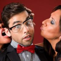 Jeune homme assailli par deux femmes cougars